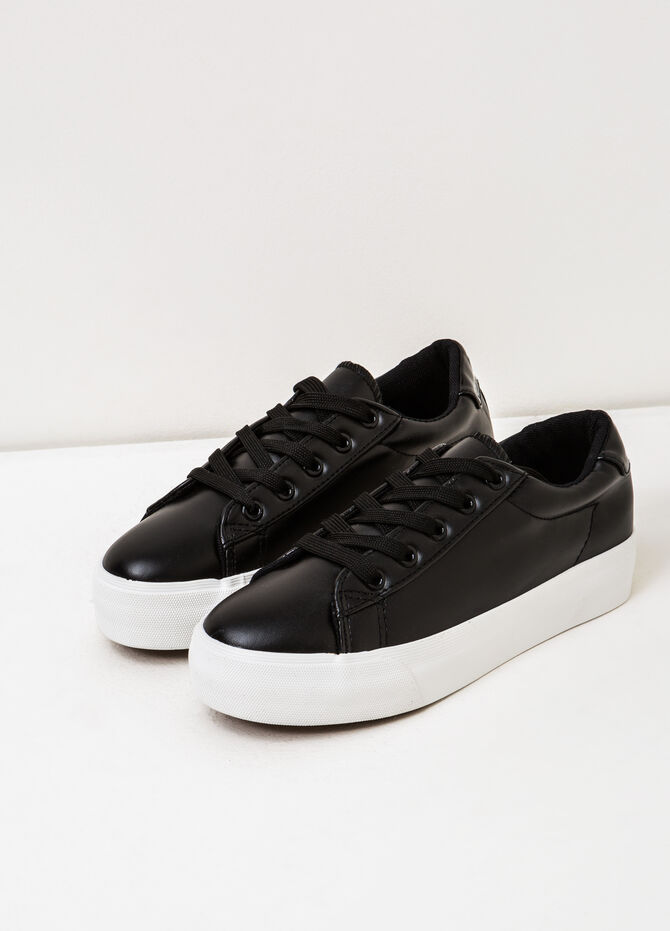 Solid colour sneakers with rubber sole.