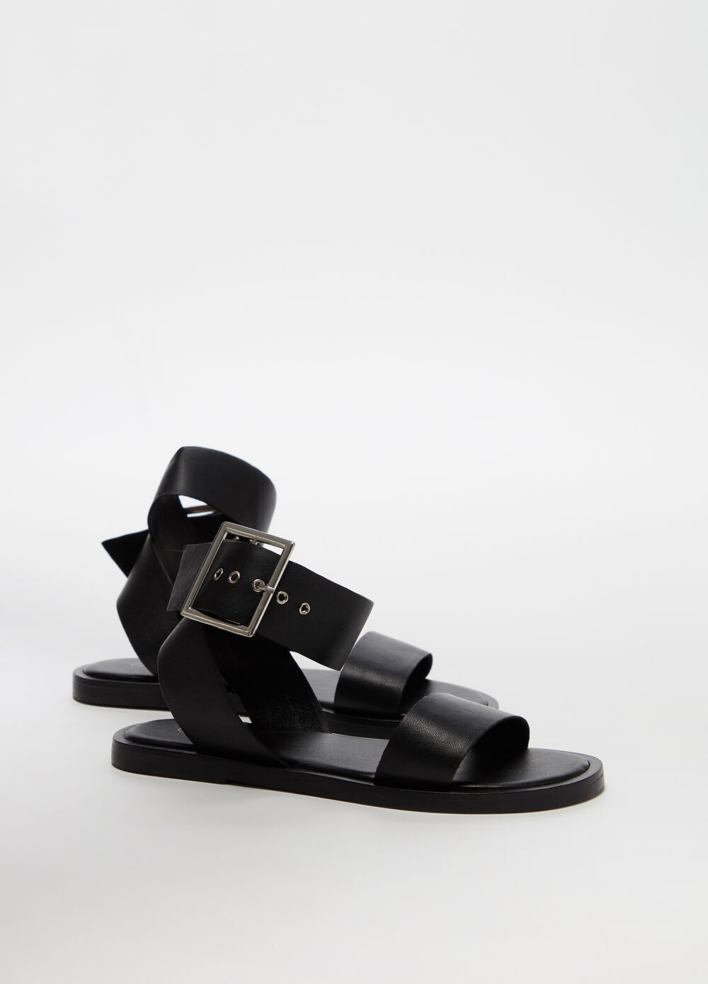 Sandals with flat heel and strap