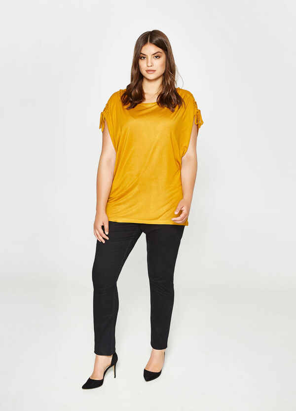 Curvy T-shirt with laces on the shoulders