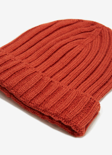 Solid colour beanie with wide ribs.