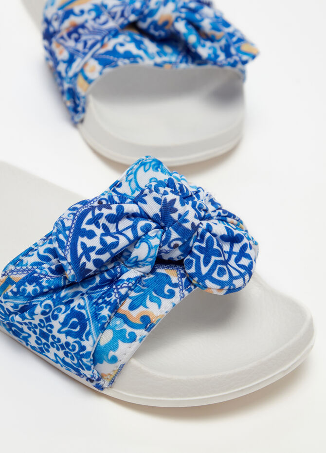 Slippers with strap and pattern