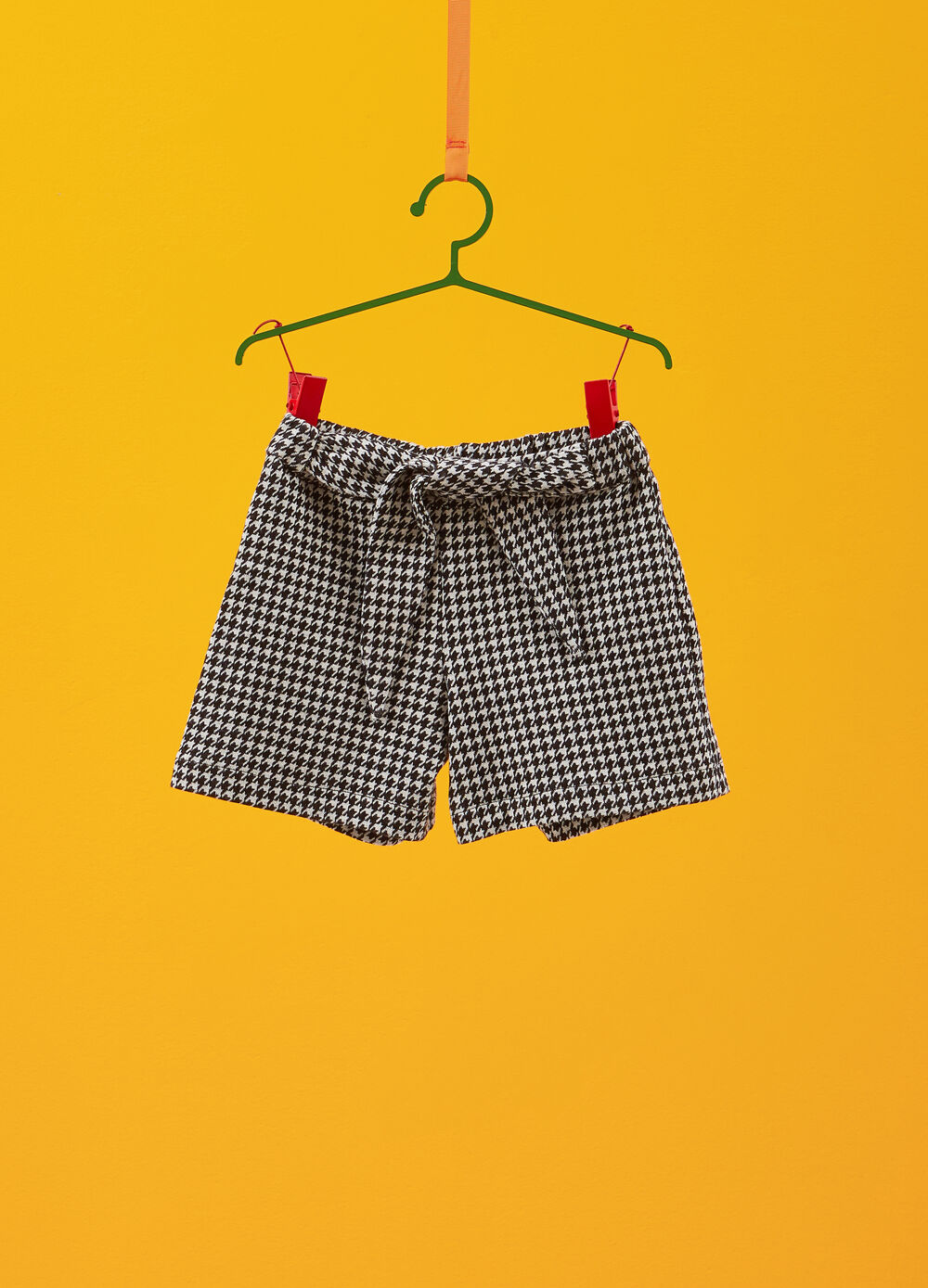 Shorts with hounds' tooth patterned tie