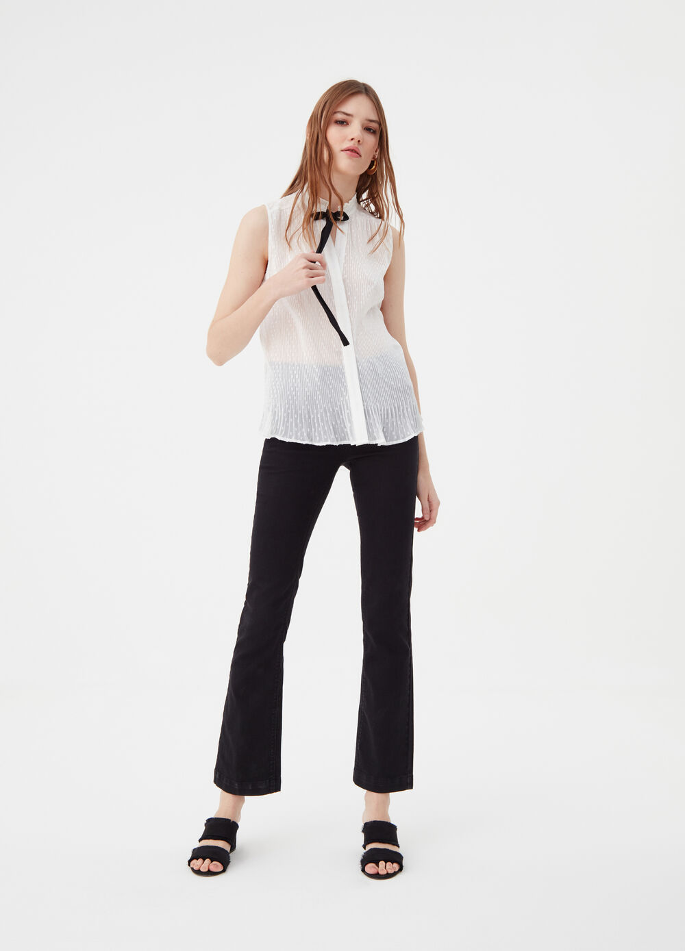 Sleeveless blouse with tie fastening at the neck