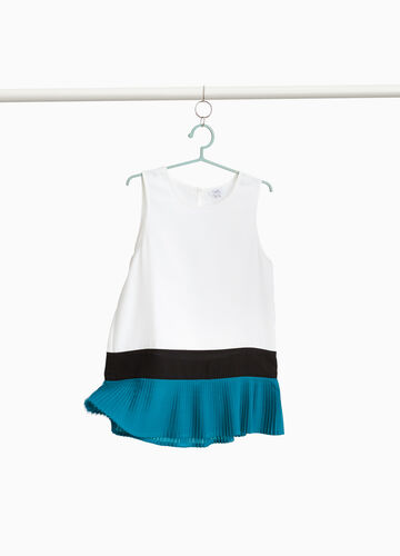 Solid colour top with pleated insert