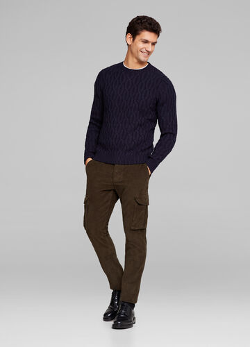 Solid colour pullover with raised knitting