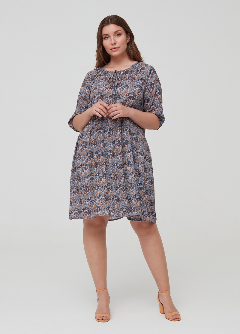 Curvy dress with three-quarter sleeves image number null