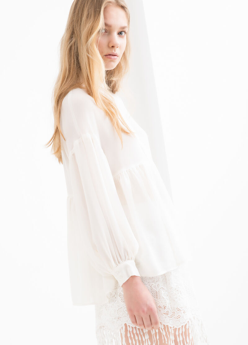 Pleated blouse with long sleeves.