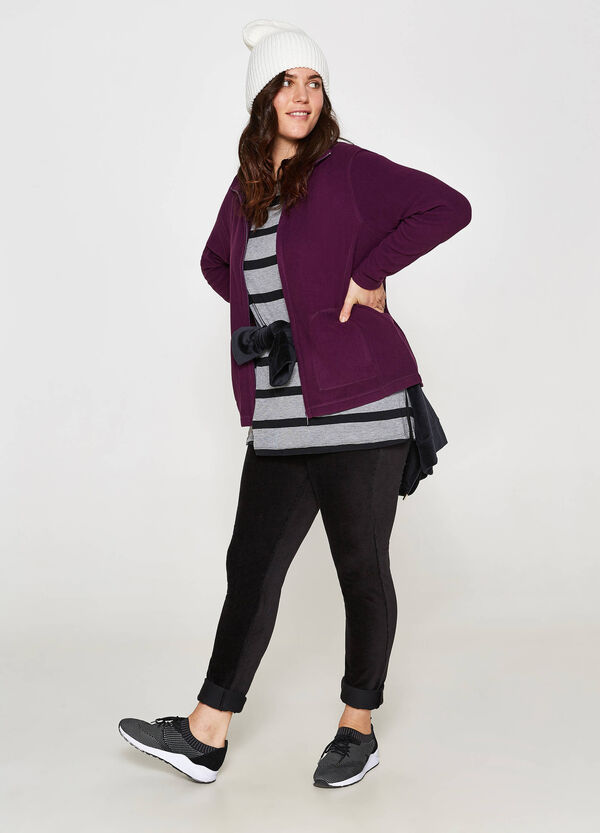 Curvy solid colour sweatshirt with high neck.