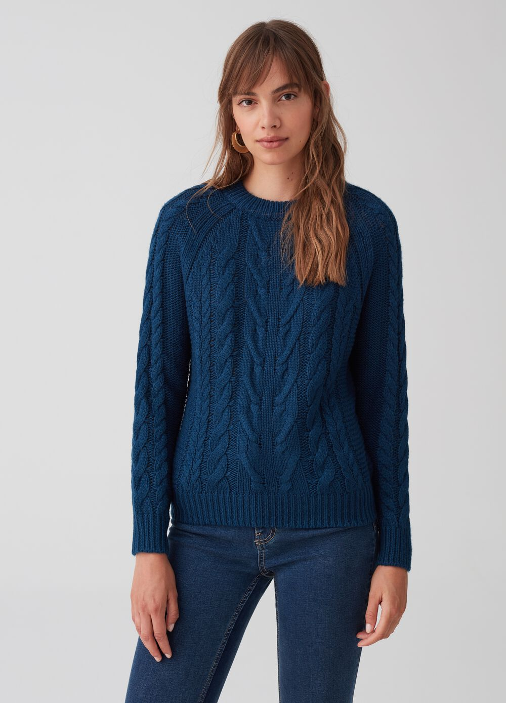 Knitted pullover with raglan sleeves and ribbing
