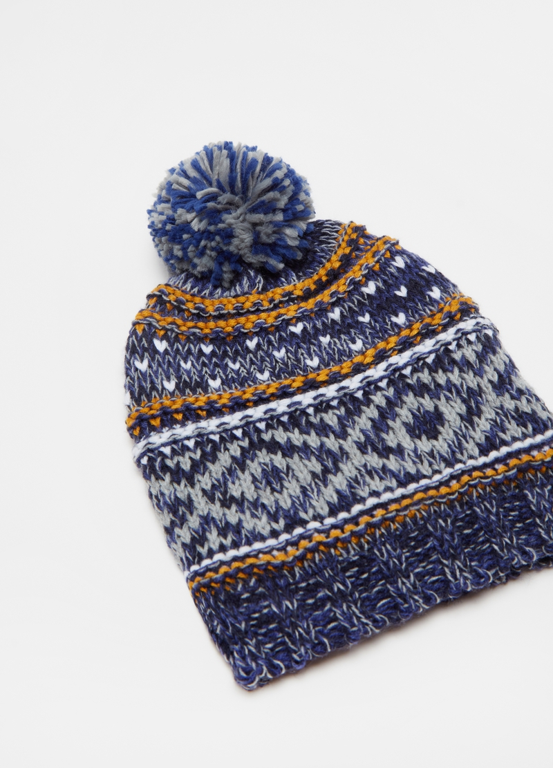 Knitted hat with pompom and pattern image number null