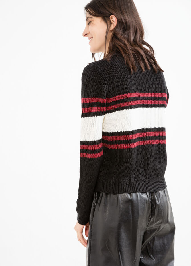 Knitted round neck pullover with embroidery