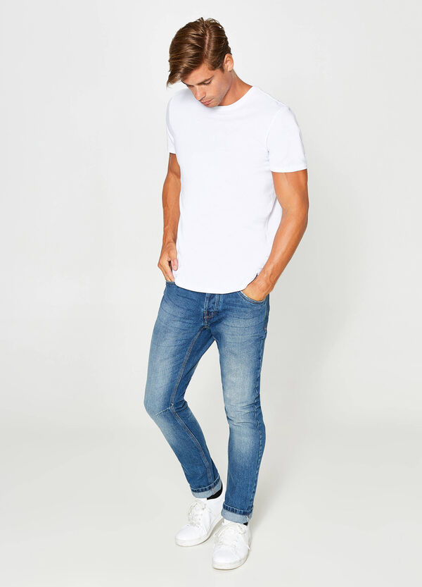 Jeans loose fit delavato con scoloriture