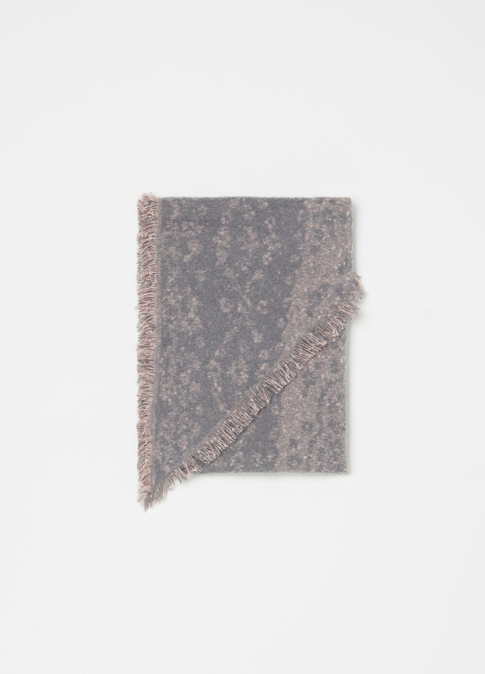 Large scarf with fringed edge and pattern