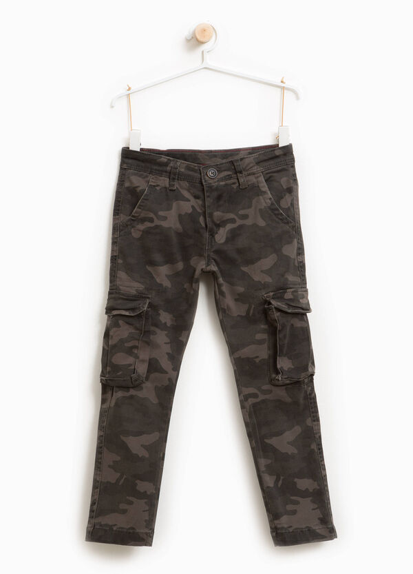 Camouflage stretch cotton cargo trousers | OVS