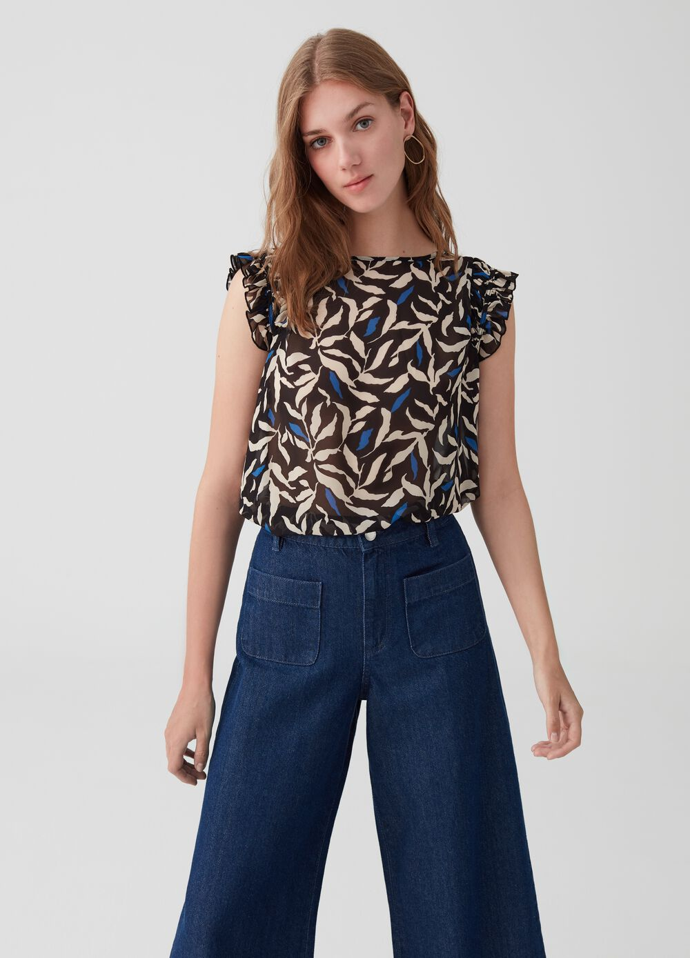 Blouse with cap sleeves and ruches.