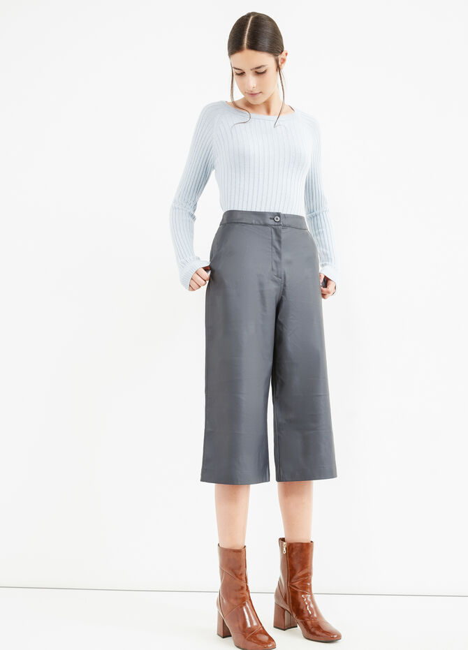 Solid colour high-waisted Gaucho trousers.