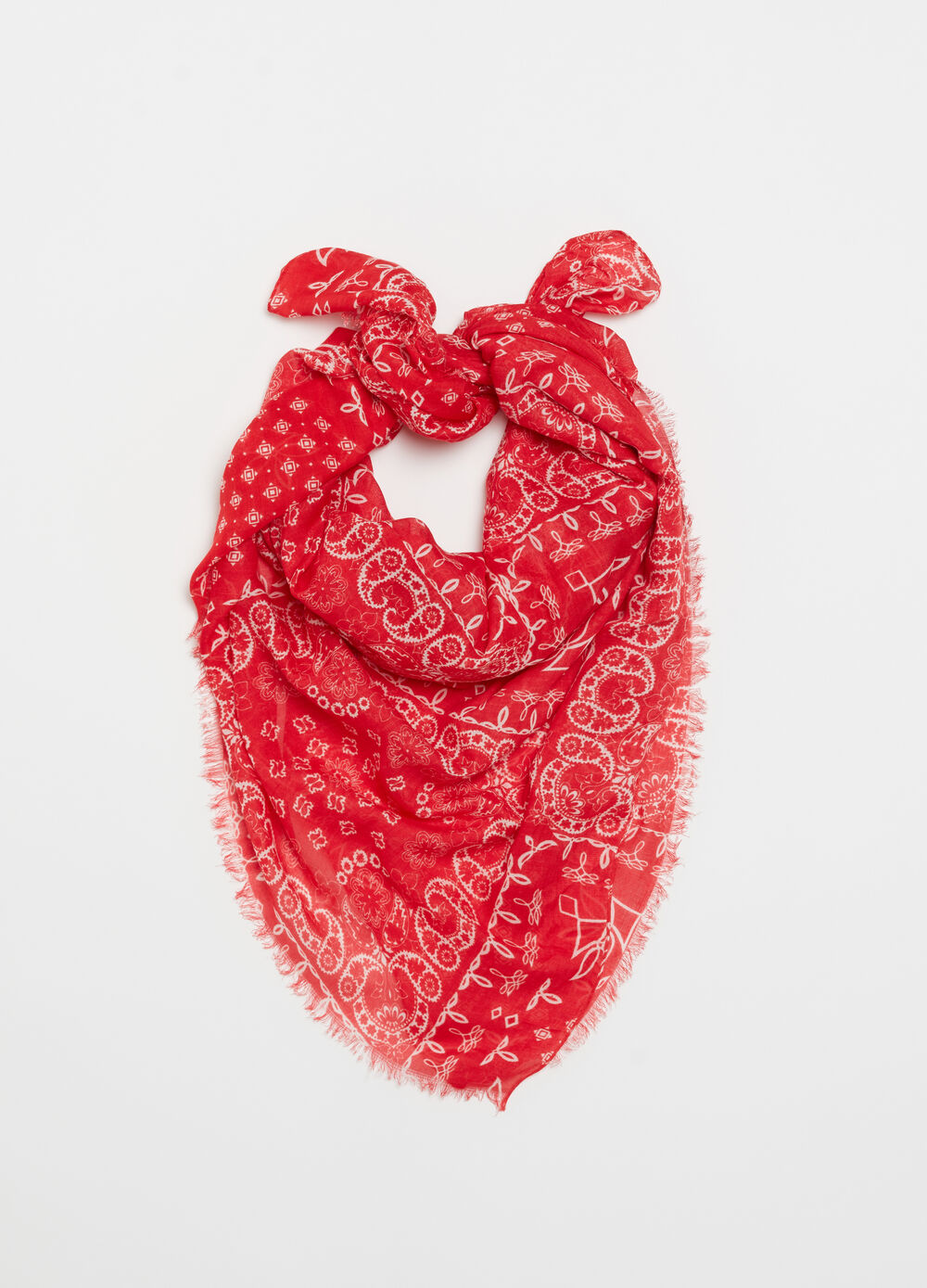 Scarf with fringed edge and pattern