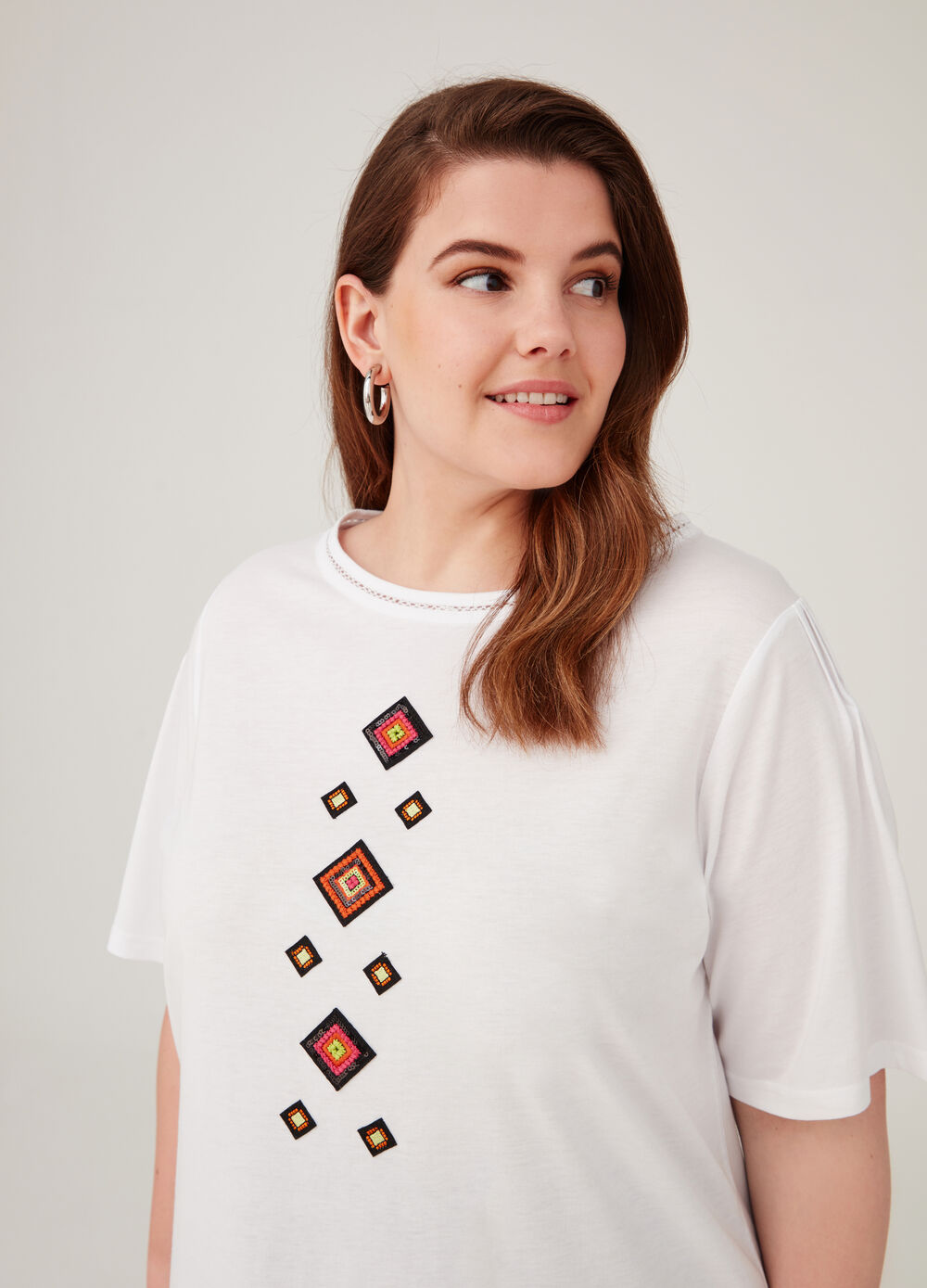 Curvy T-shirt with sequins and beads