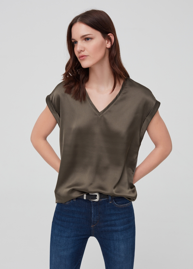 Solid colour blouse with cap sleeves. image number null