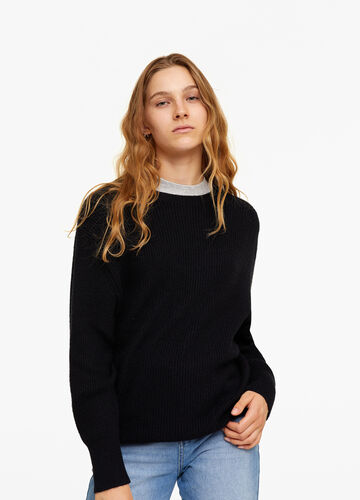 Knitted pullover with V-neck on the back