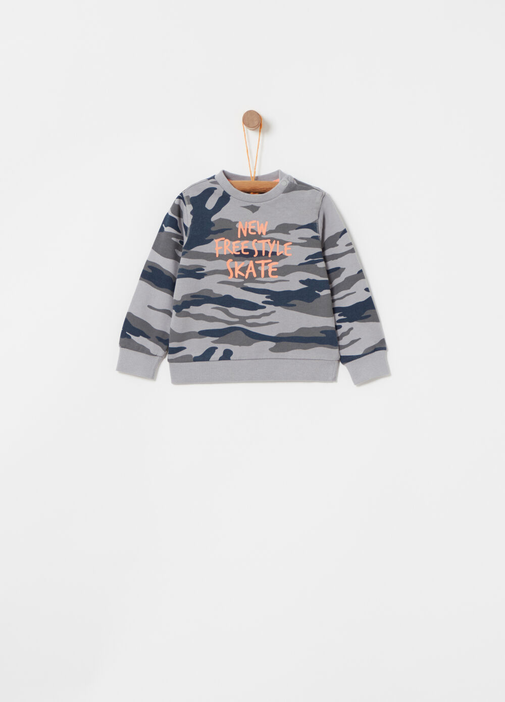 Sweatshirt with camouflage pattern and round neck