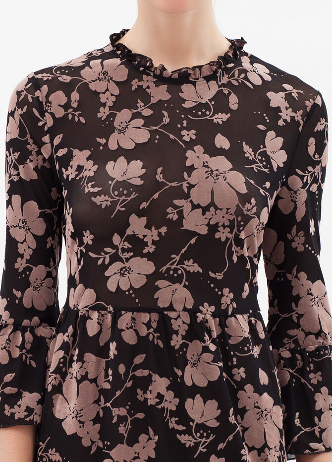 Three-quarter sleeves with floral print.