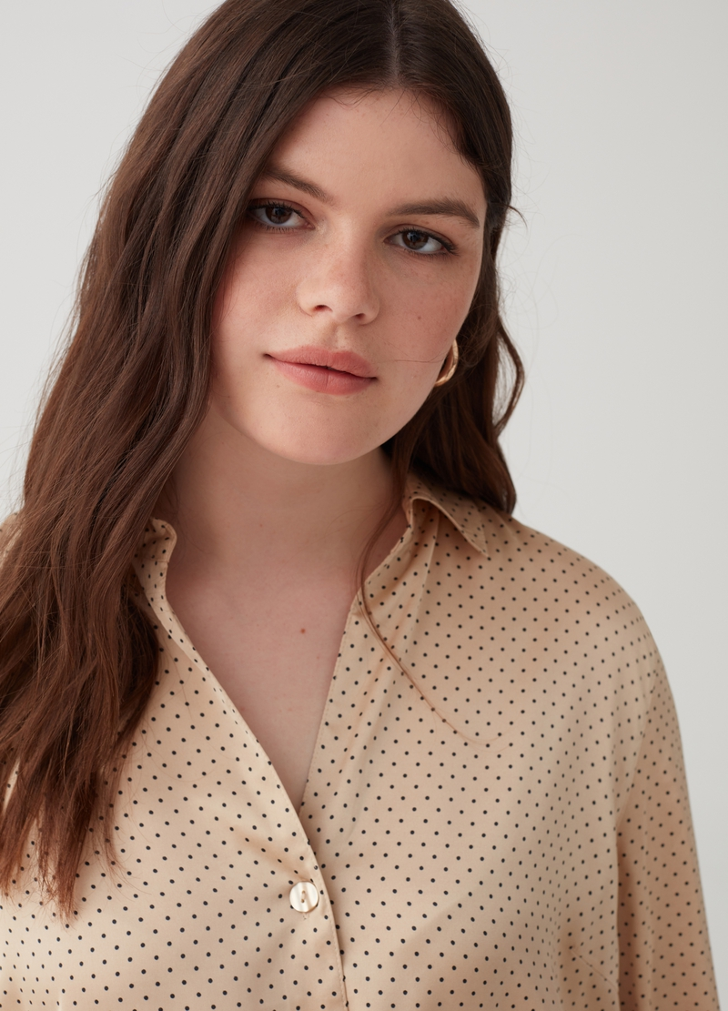Curvy shirt with polka dot pattern image number null