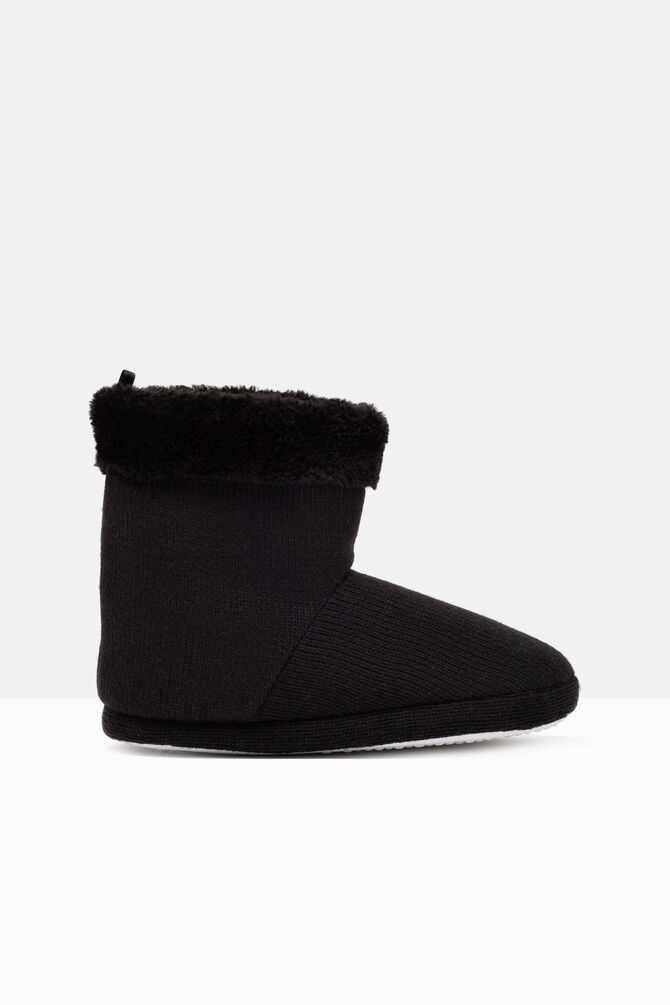 Solid colour slipper boots.