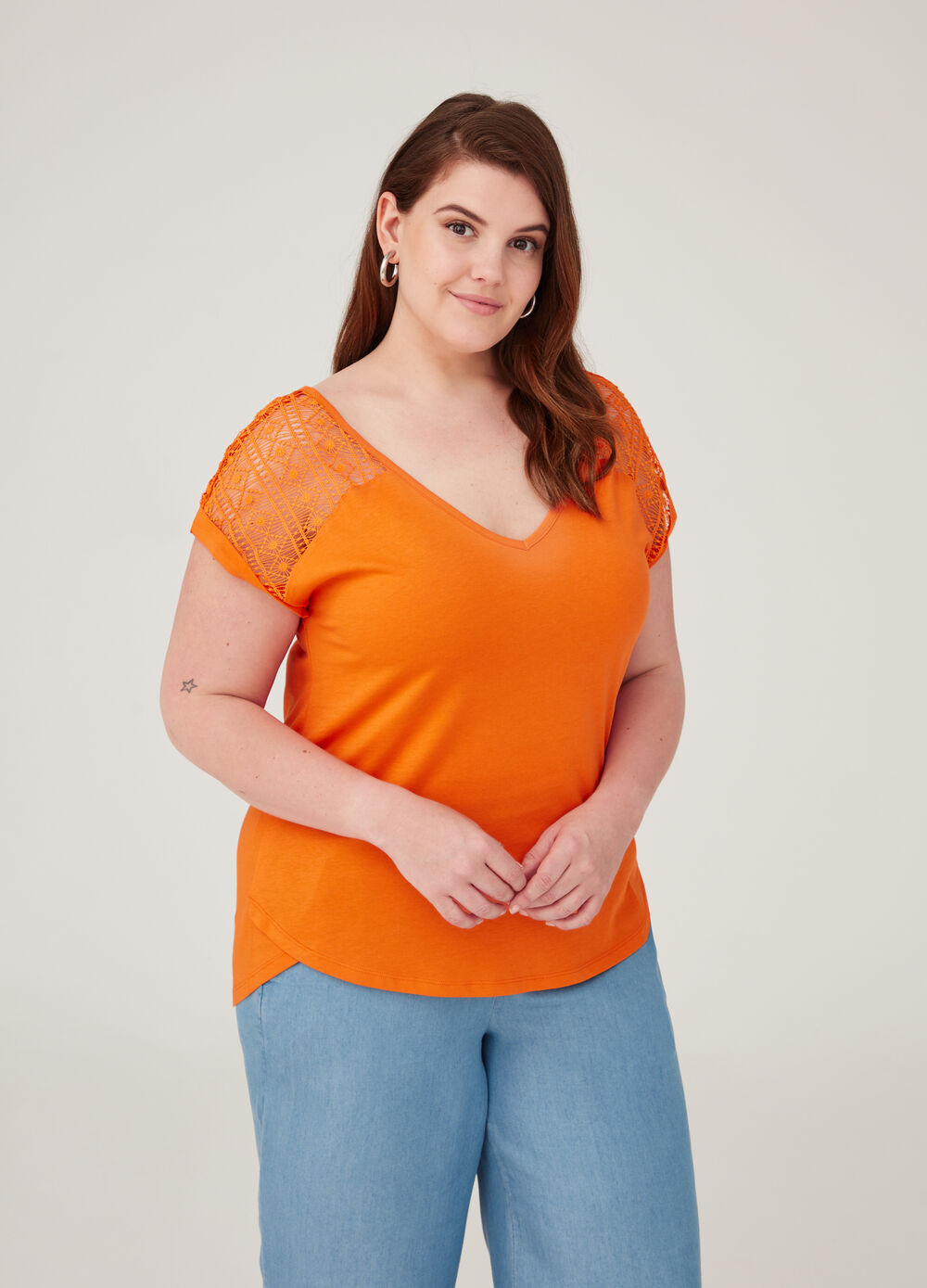 Curvy V-neck T-shirt in 100% cotton
