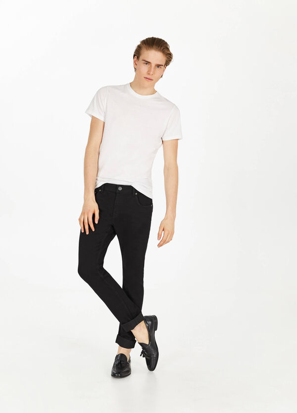 Solid colour stretch jeans with turned-up ankles