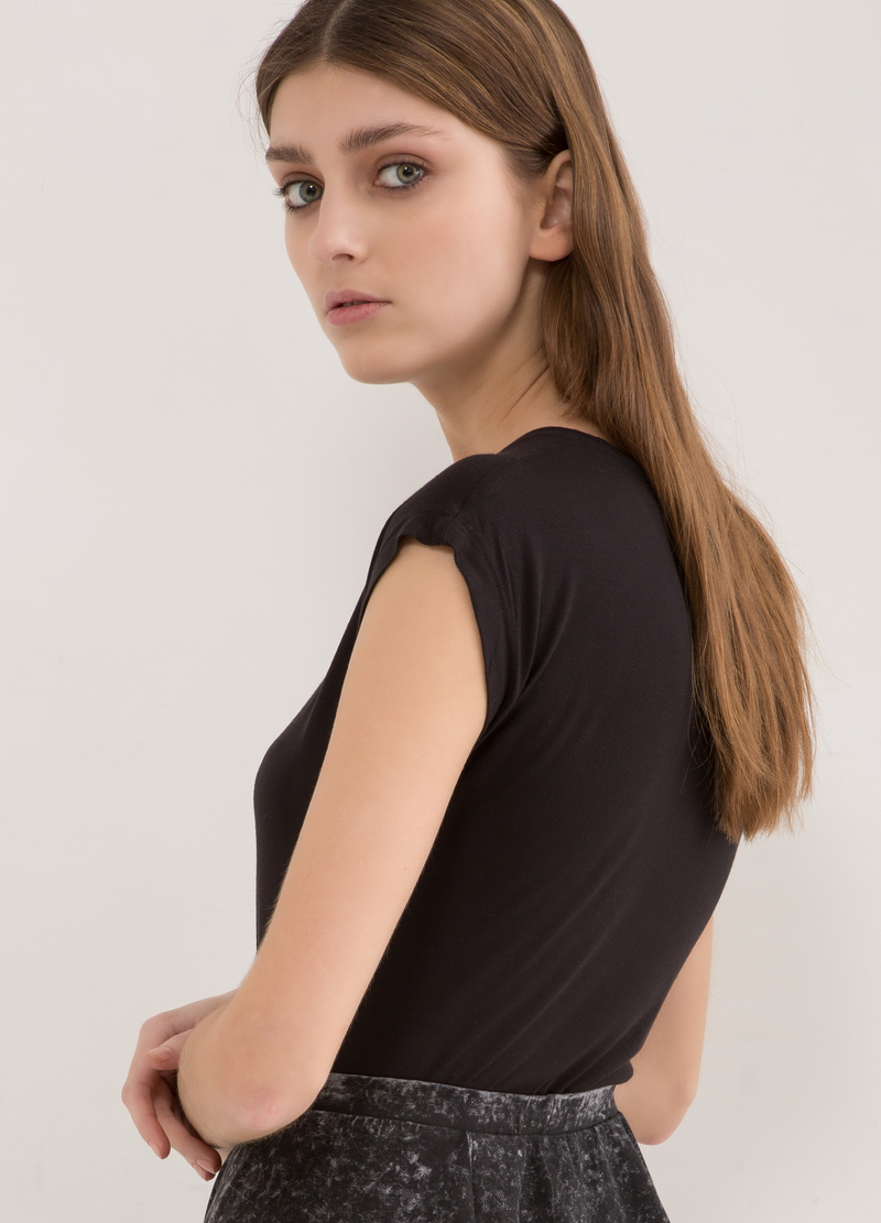 Plain 100% viscose T-shirt. image number null