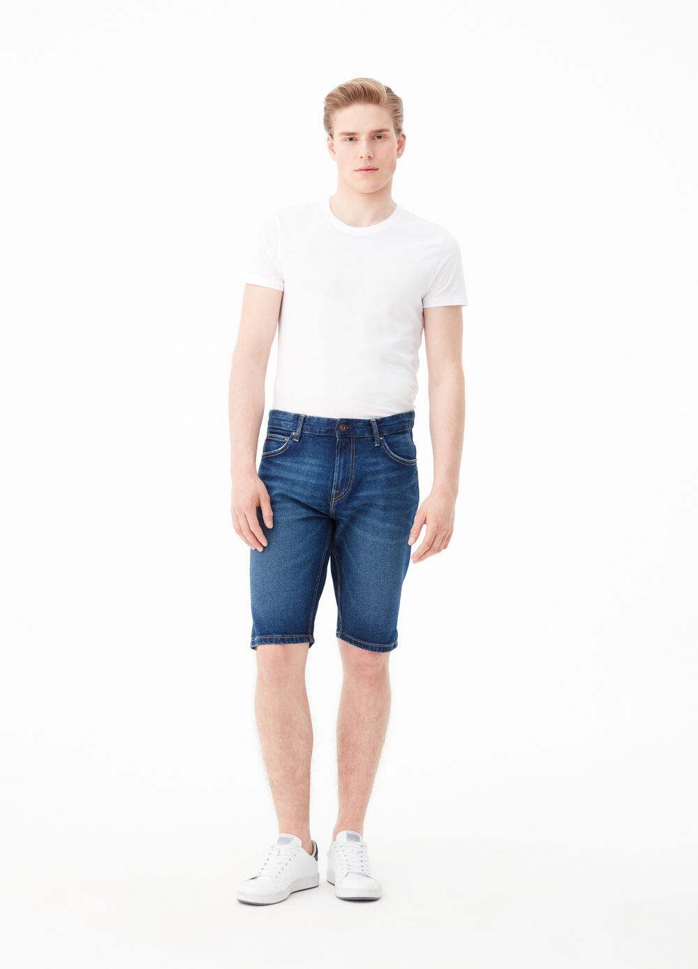 Straight fit shorts in stretch denim.