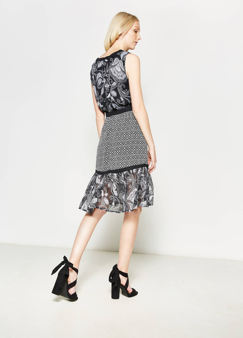 Sleeveless dress with all-over print image number null