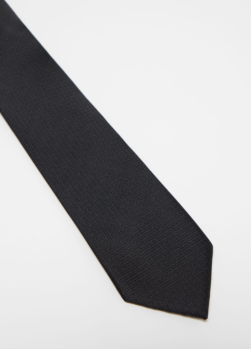 Solid colour tie with geometric weave