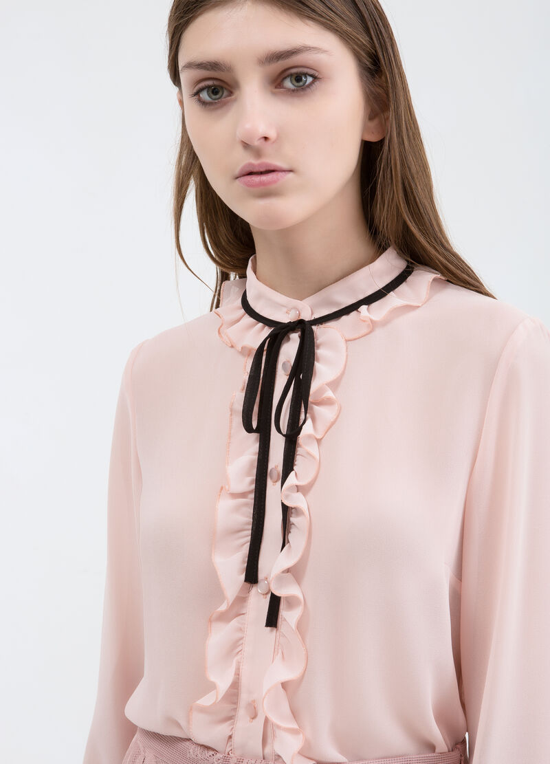 Blouse with ties in contrasting colour.