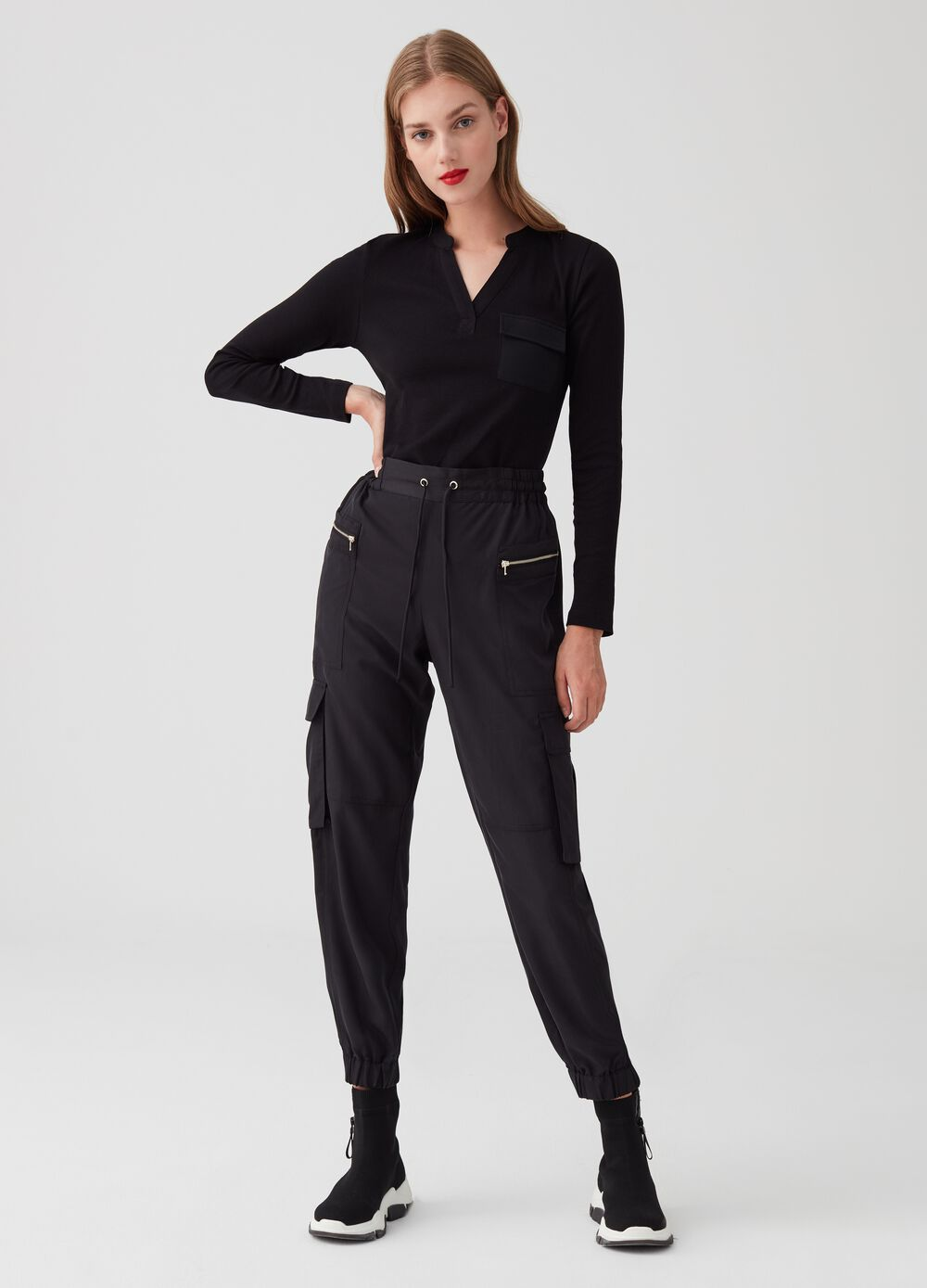 Cargo trousers with drawstring and pockets with zip