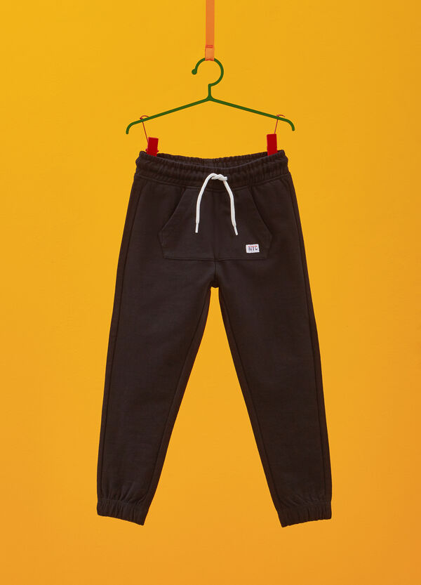 Trousers in 100% cotton with drawstring and patch