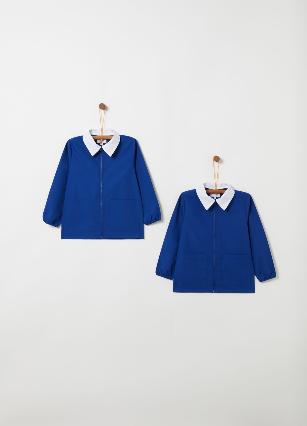 Set of school smocks with classic collar pockets and zip fastening