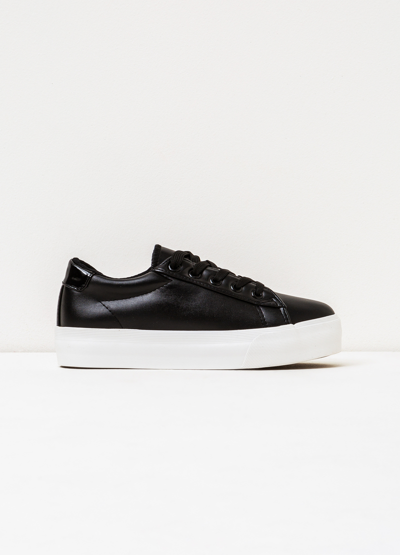 Solid colour sneakers with rubber sole. image number null