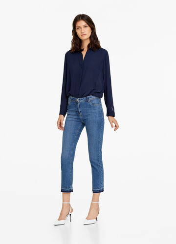 Ankle-fit jeans with fringed hem