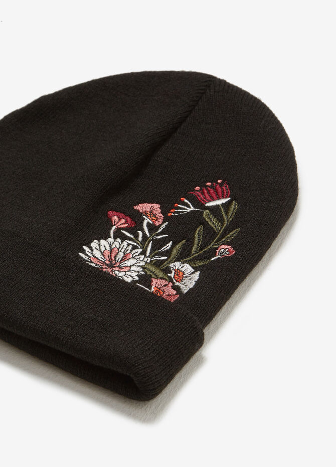Knitted hat with floral embroidery