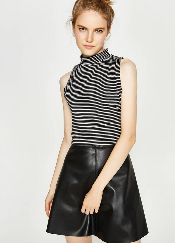 Top crop a righe con collo alto