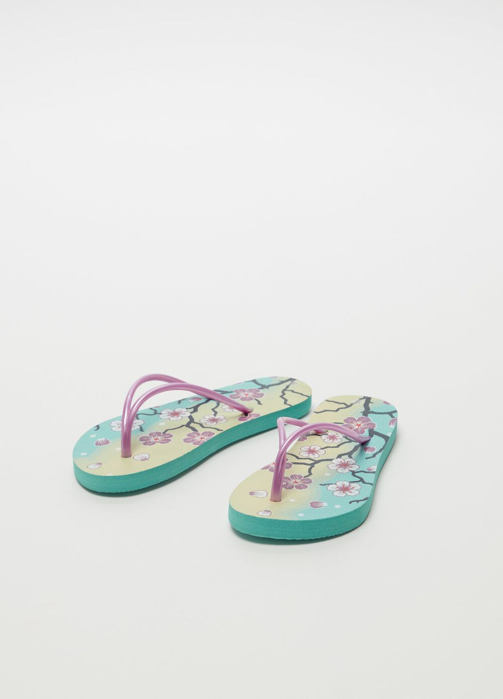 Thong sandals with floral pattern and flat heel