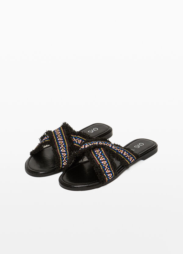 Crossover sandals with ethnic print