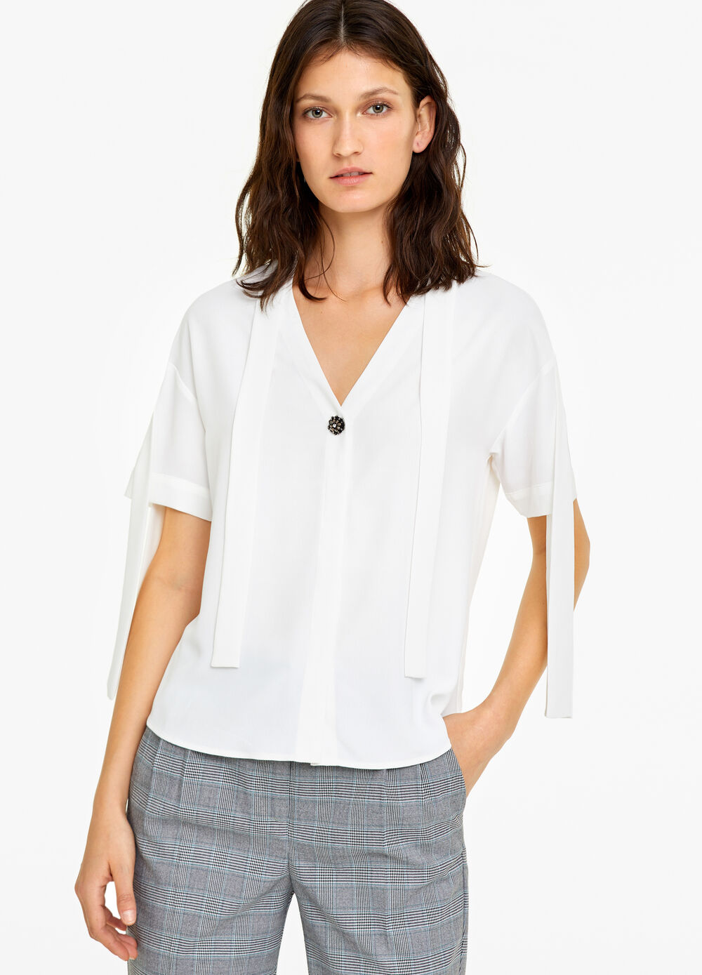 Blouse with laces and button