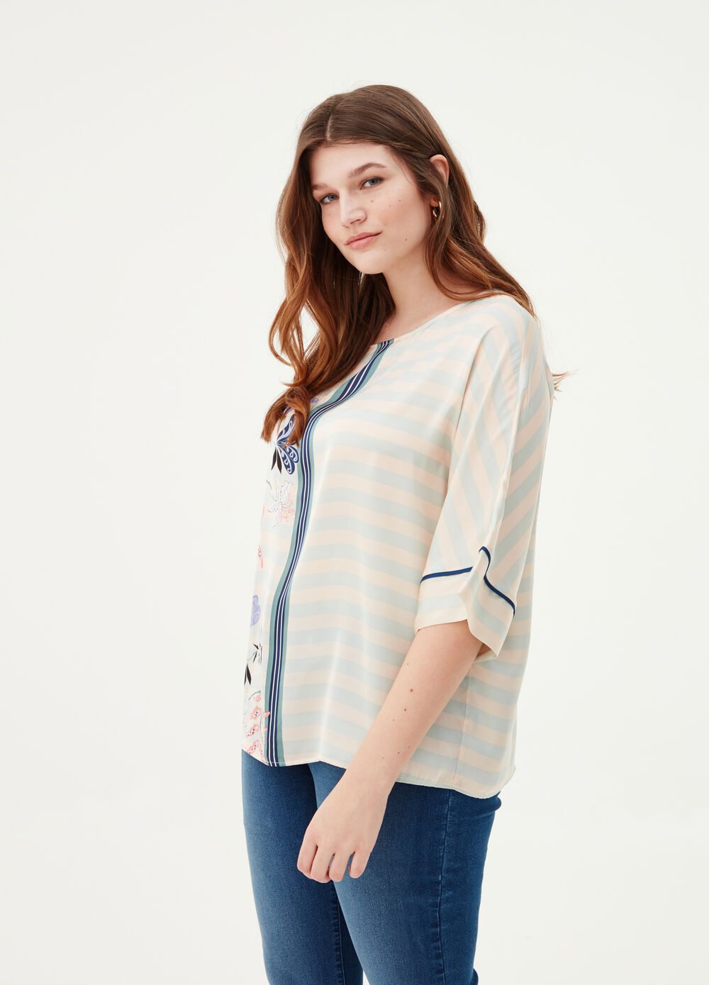 Curvy blouse with pattern and print