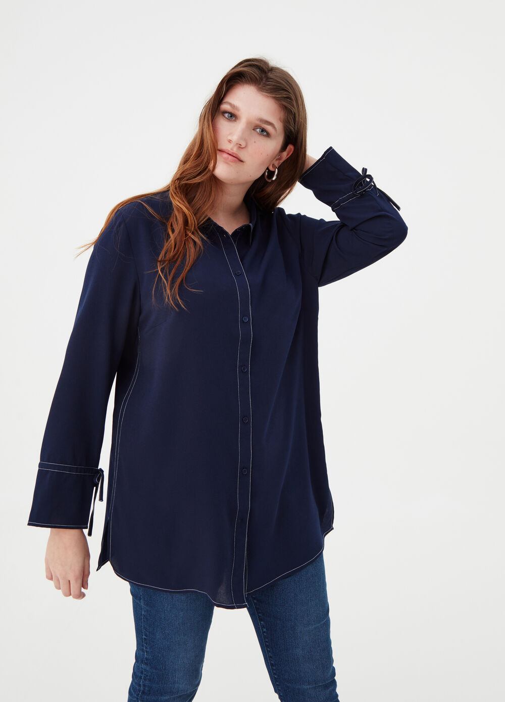 Curvy shirt with contrast stitching