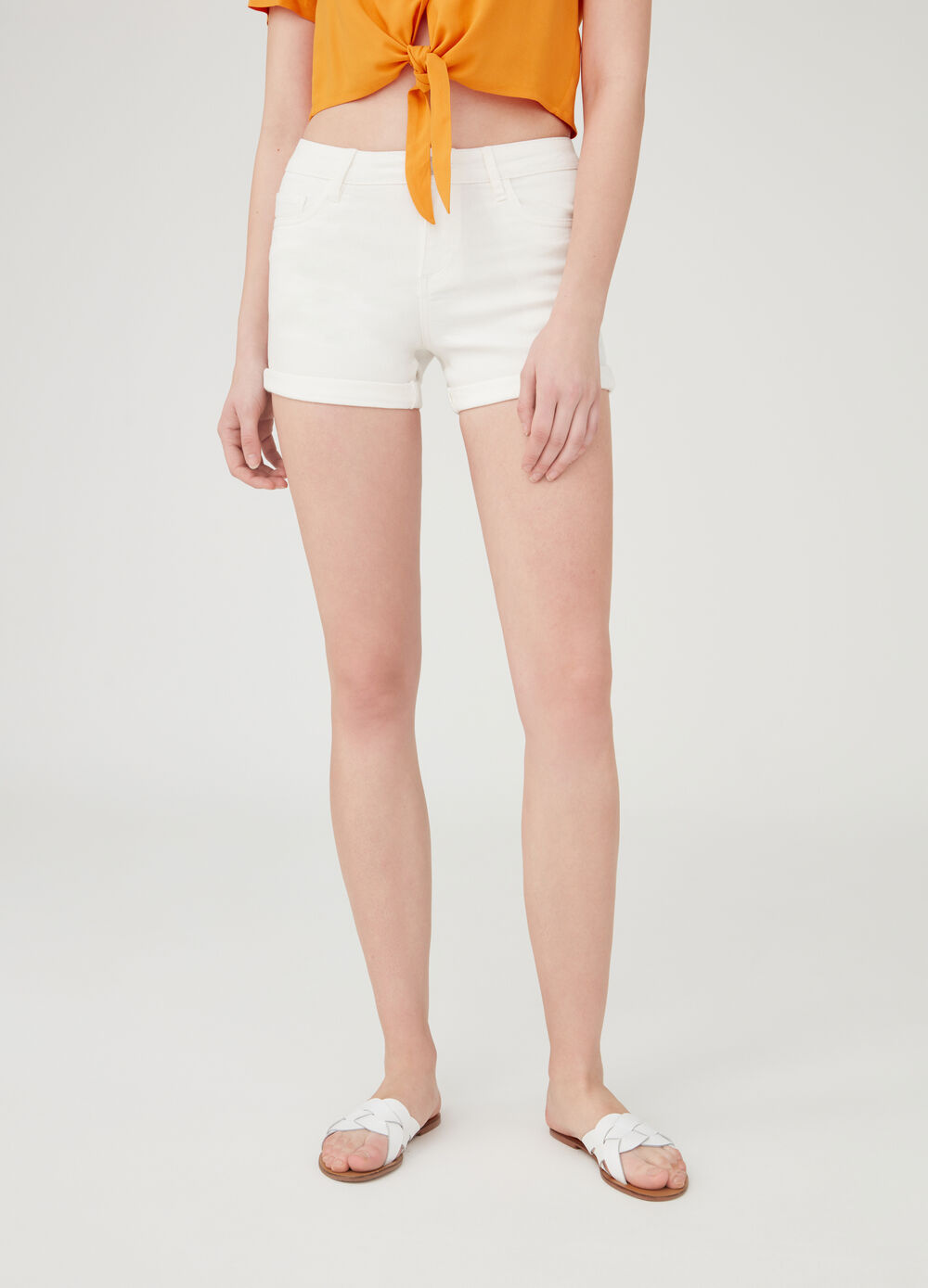 Denim shorts with five pockets.
