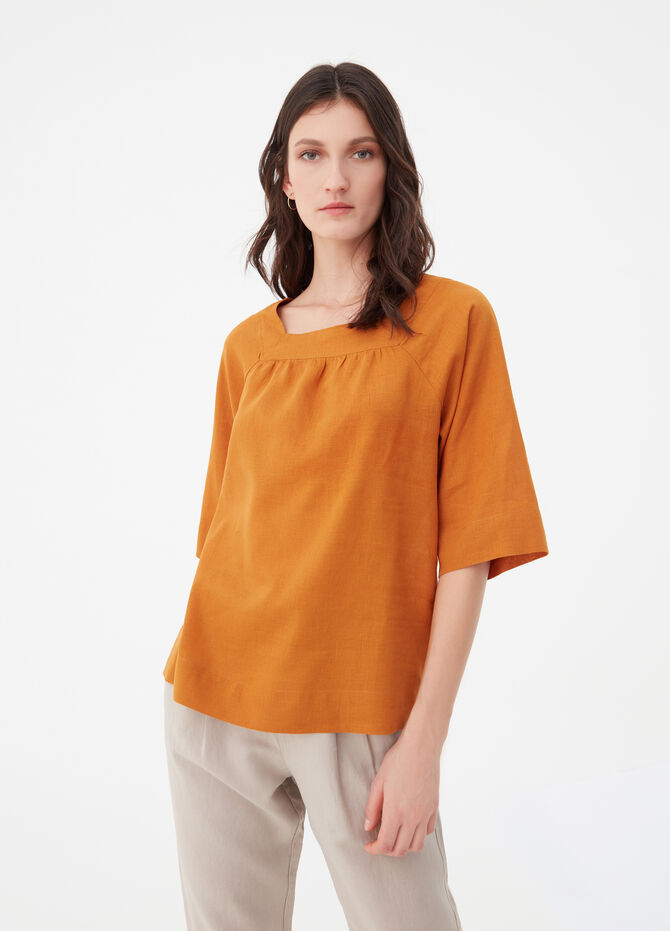 Blouse with raglan sleeves and square neck.