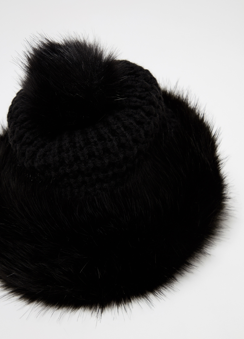 Hat with faux fur and pompom image number null